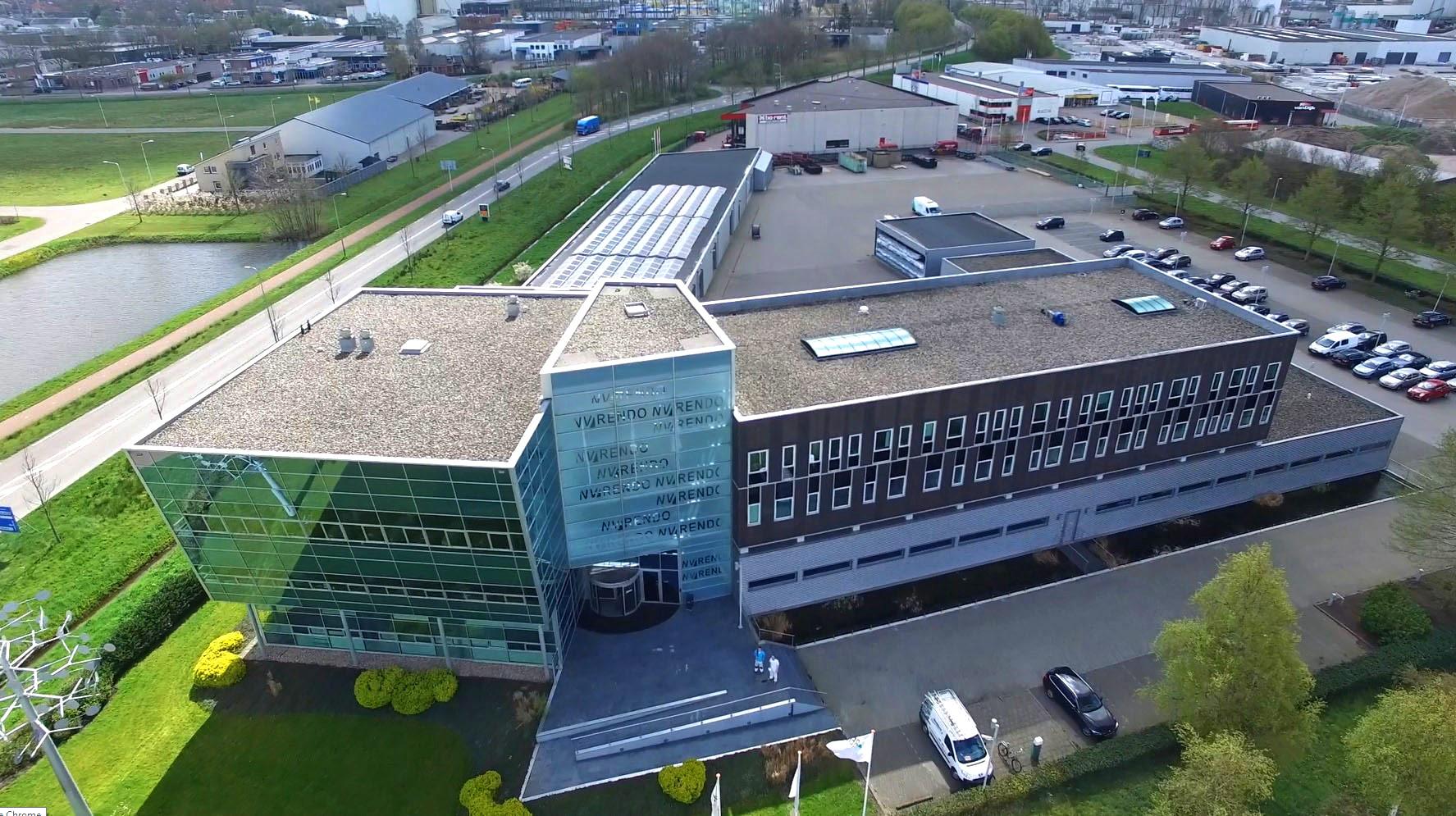 Luchtfoto van kantoor RENDO Meppel met zonnepanelen op het dak